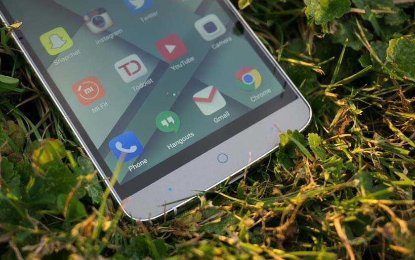 Отличный элемент дизайна Epephone P8000 это - черная рамка вокруг экрана!